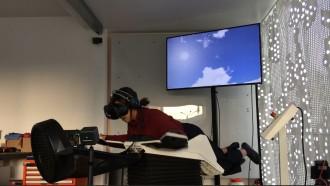 이영혜 기자가 9월 28일 스위스 취리히에서 가상현실 비행 시뮬레이터 '버들리'를 체험하고 있는 모습. 버들리를 타면 별도의 비행 훈련을 받지 않은 사람도 새가 되어 나는 듯한 기분을 느낄 수 있다. - 이영혜 제공